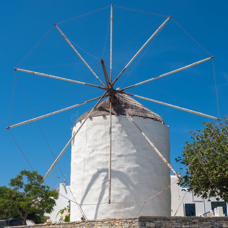 Moinho de vento cycladic tradicional no tempo do dia na ilha de Paros fotografia de stock