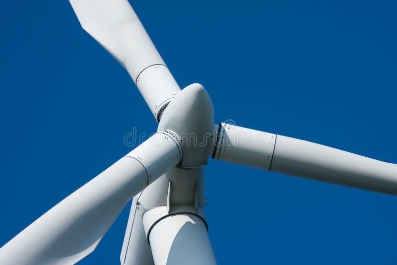 Moinho de vento de encontro a um céu azul fotos de stock royalty free