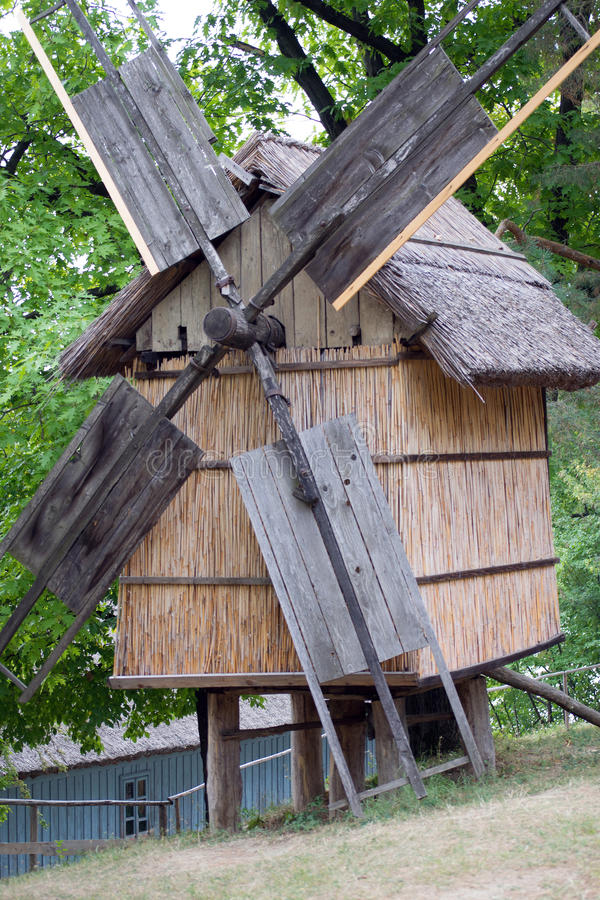 Moinho de vento de madeira velho fotografia de stock royalty free