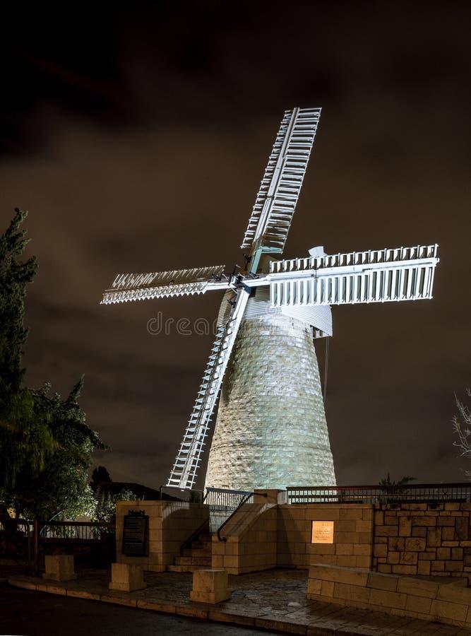 Moinho de vento de Montefiore na noite, Jerusalém fotografia de stock