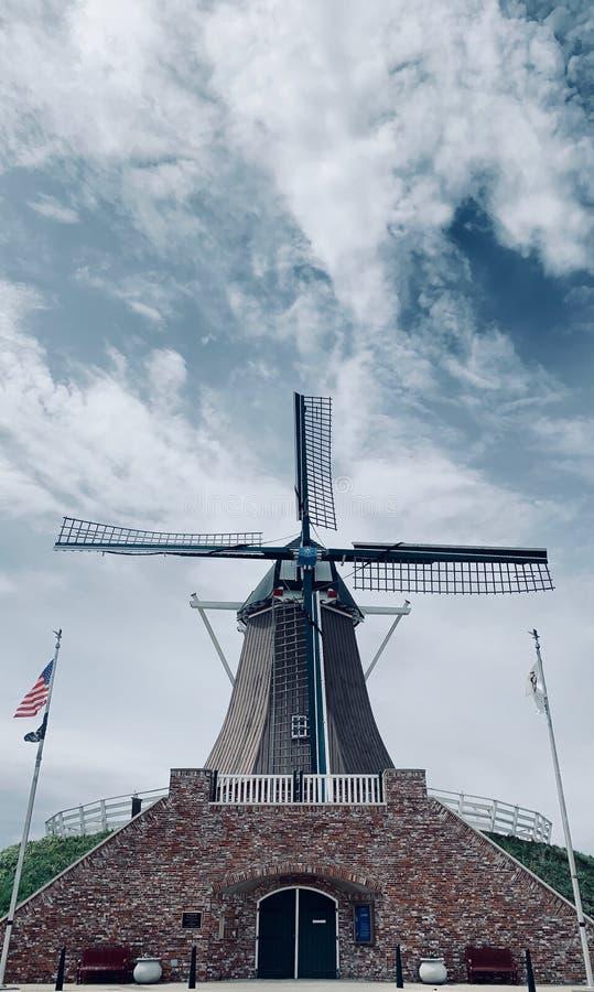 Moinho de vento desvanecido com nuvens Wispy e o c?u azul em Fulton, Illinois foto de stock royalty free