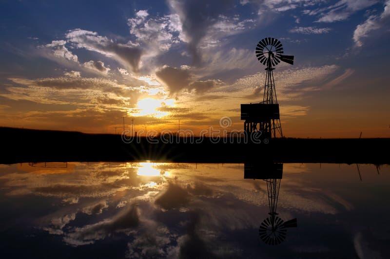 Moinho de vento do rancho no por do sol fotos de stock royalty free