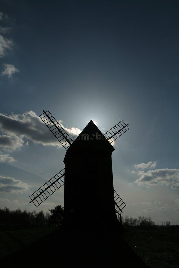 Moinho de vento durante o por do sol fotos de stock