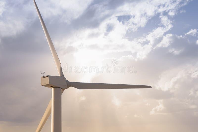 Moinho de vento e célula solar contra o céu nebuloso liso fotografia de stock
