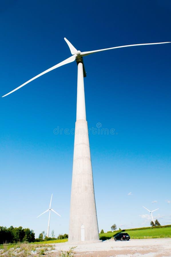 Moinho de vento e céu azul imagem de stock