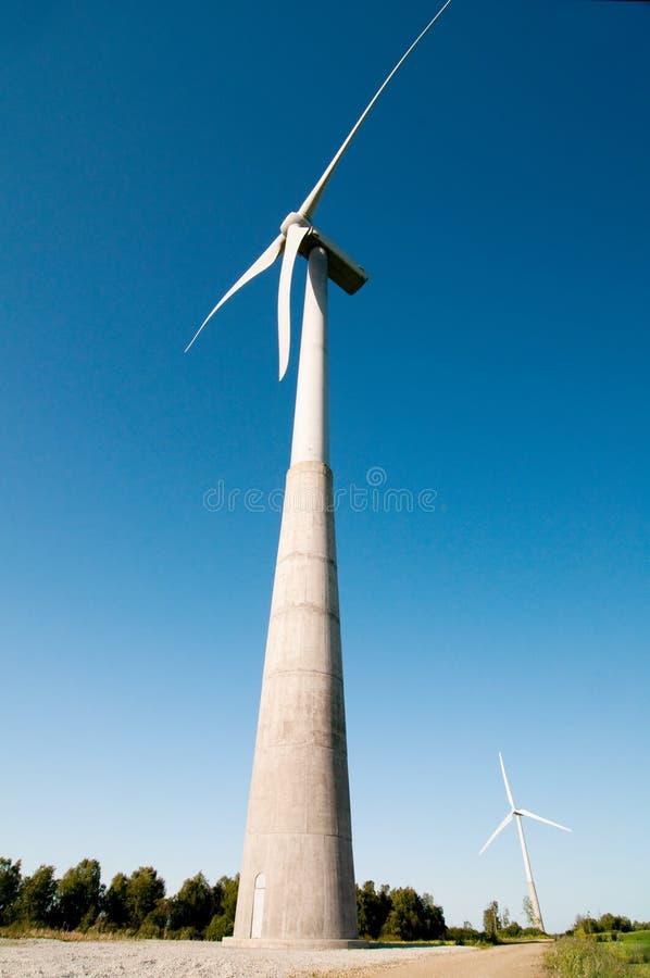 Moinho de vento e céu azul fotografia de stock royalty free