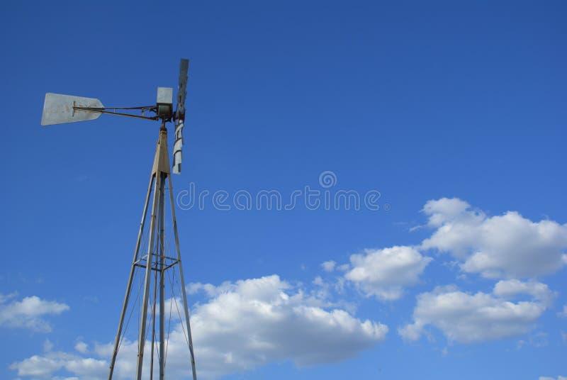 Moinho de vento e nuvens fotografia de stock royalty free