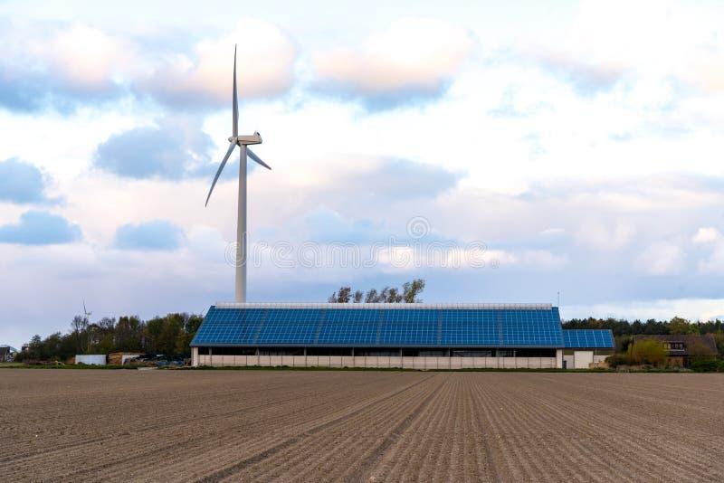 Moinho de vento e painel solar fotografia de stock royalty free