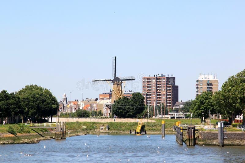 Moinho de vento em Delfshaven visto de Nieuwe Mosa, Holanda fotografia de stock royalty free