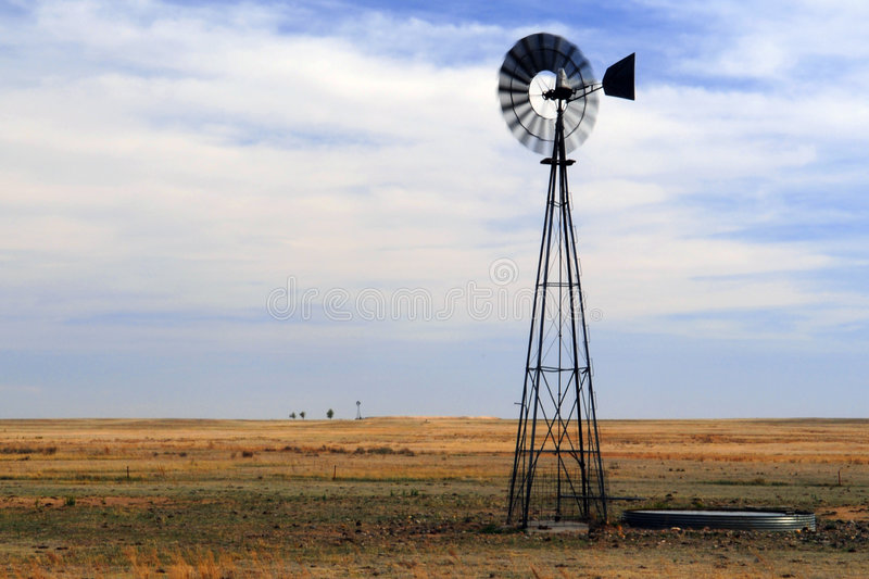 Moinho de vento em Great Plains fotos de stock royalty free