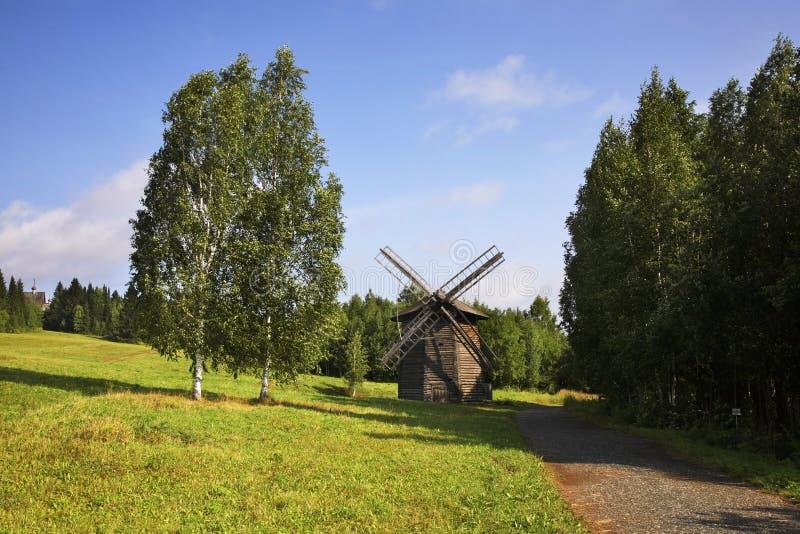 Moinho de vento em Khokhlovka Perm Krai Rússia imagens de stock