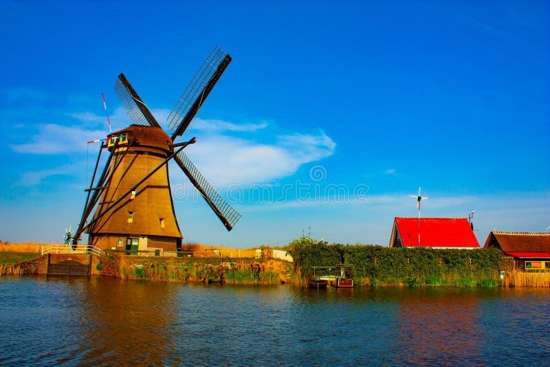 Moinho de vento em Kinderdijk - dia ensolarado bonito foto de stock