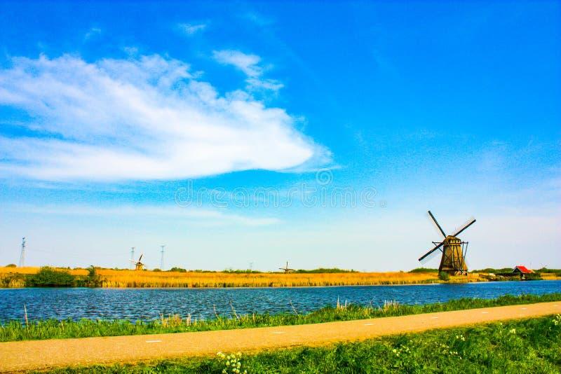 Moinho de vento em Kinderdijk - dia ensolarado bonito fotografia de stock