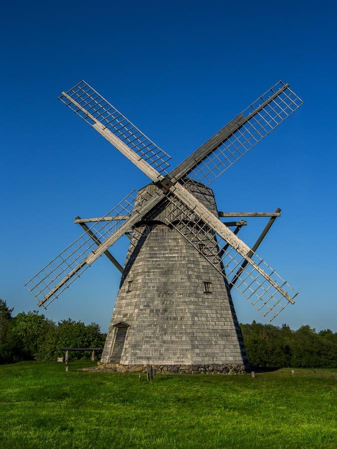 Moinho de vento em Lituânia europa Fundo do céu azul imagem de stock royalty free