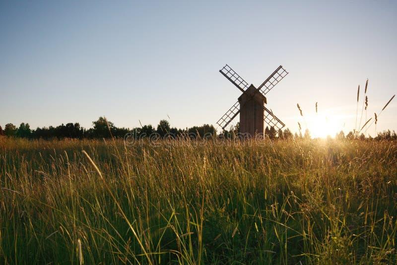 Moinho de vento em um prado imagens de stock
