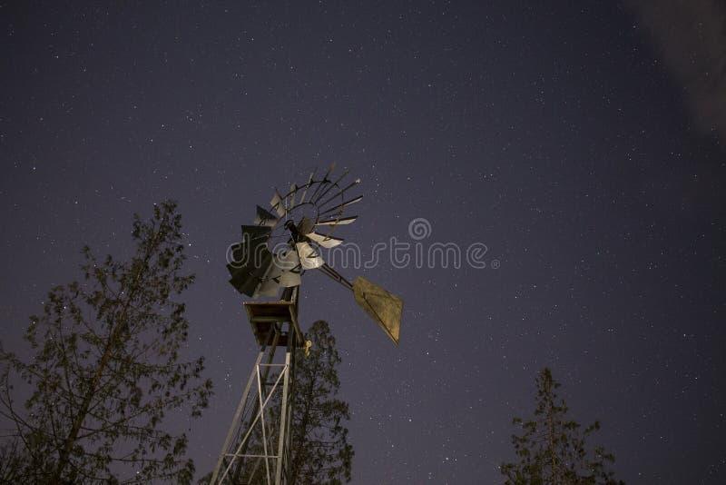 Moinho de vento em uma noite estrelado fotos de stock royalty free