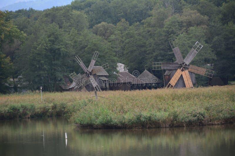 Moinho de vento em volta de um lago no museu do ar livre fotos de stock royalty free