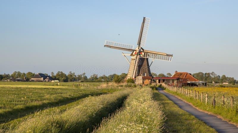 Moinho de vento histórico de madeira com trilha de ciclismo imagens de stock royalty free