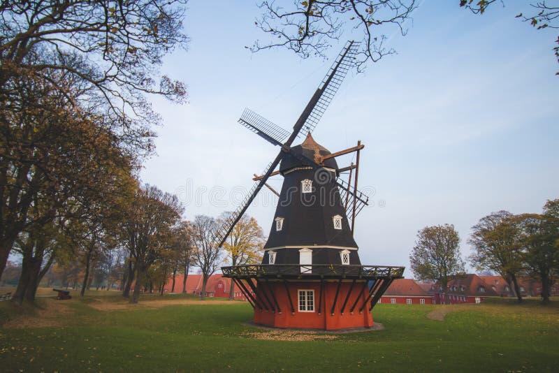 Moinho de vento histórico velho, Copenhaga, Dinamarca, Escandinávia, dia nebuloso fotografia de stock royalty free