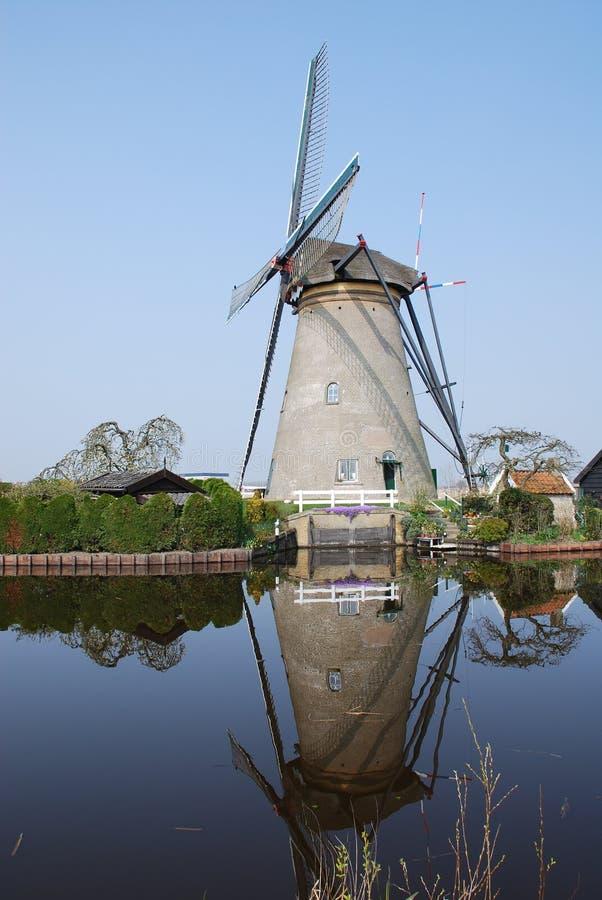 Moinho de vento holandês água refletida foto de stock