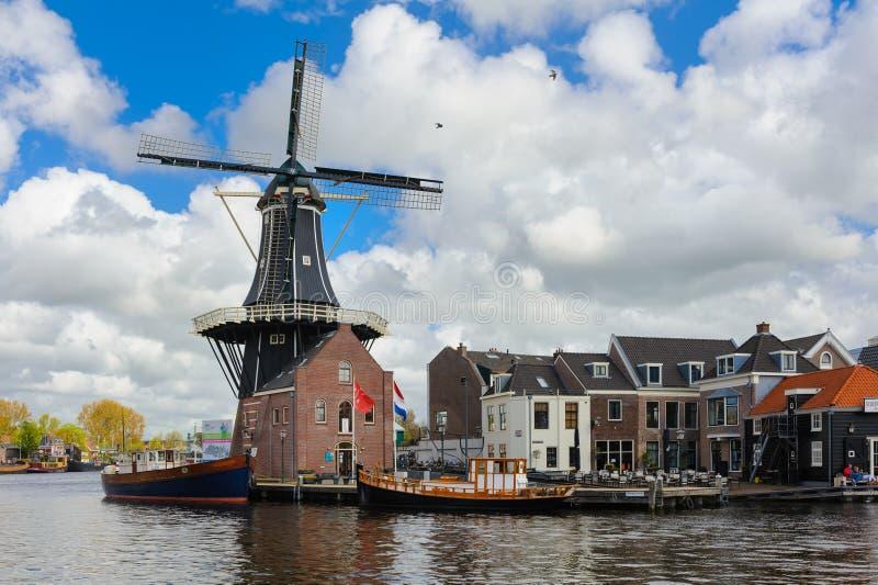 Moinho de vento holandês imagens de stock royalty free