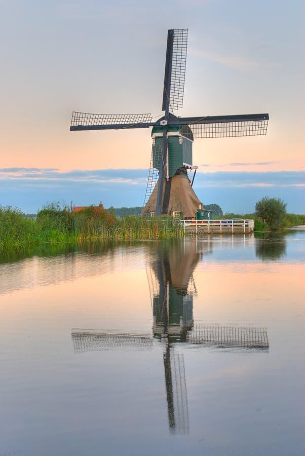 Moinho de vento holandês imagem de stock