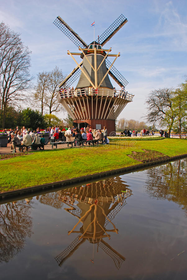 Moinho de vento holandês em Keukenhof foto de stock