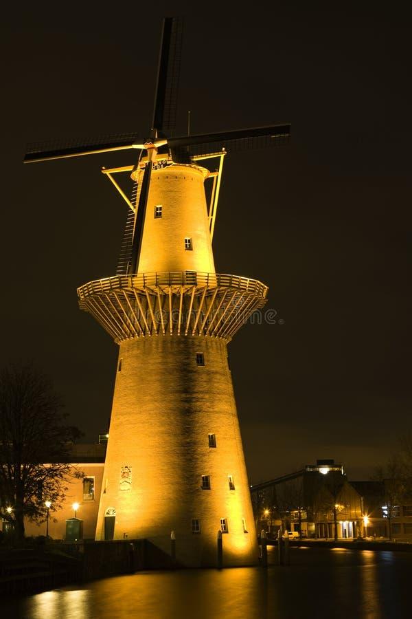 Moinho de vento holandês na noite fotos de stock