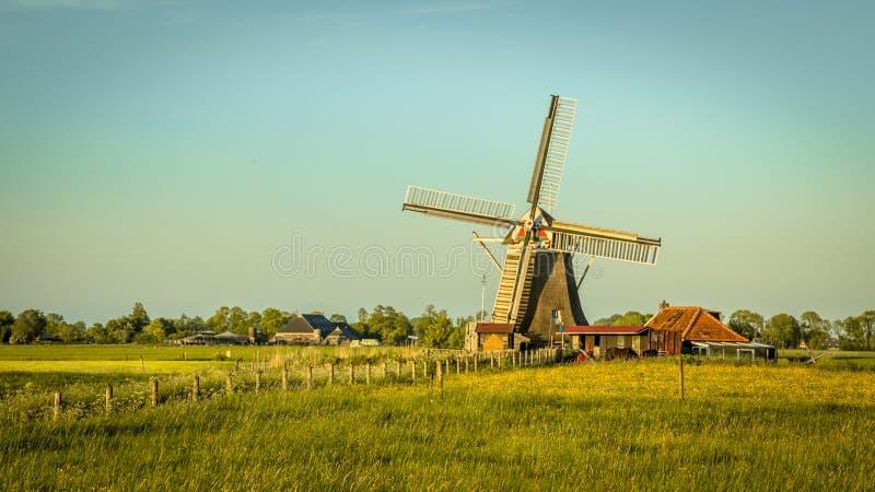 Moinho de vento de madeira com olhar do vintage da casa do moleiro imagem de stock