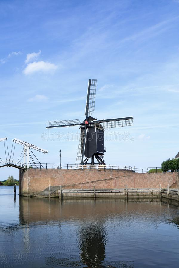 Moinho de vento de madeira no porto da cidade Heusden Fortified, Brabante, Países Baixos imagem de stock