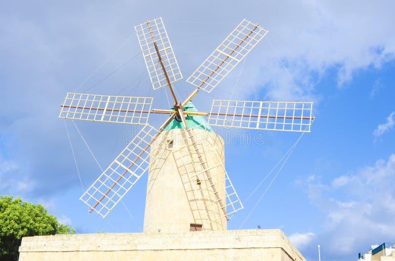 Moinho de vento medieval em um fundo do céu azul fotos de stock