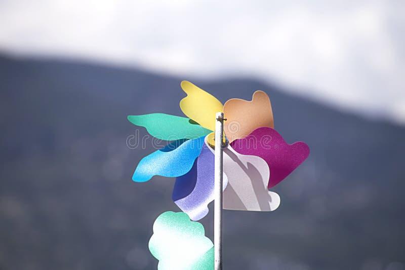 Moinho de vento multi-colorido do brinquedo das crianças, aleta de tempo para determinar a força do vento foto de stock
