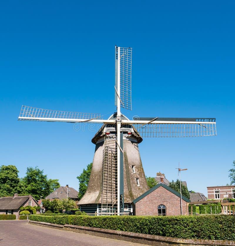 Moinho de vento na cidade velha de Laren, Holanda norte, Países Baixos fotografia de stock