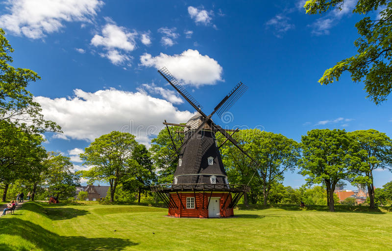 Moinho de vento na fortaleza de Kastellet, Copenhaga fotografia de stock