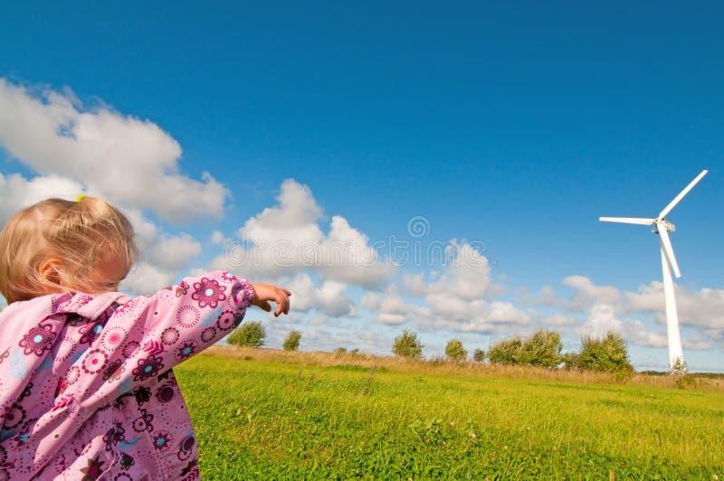Moinho de vento na natureza fotos de stock
