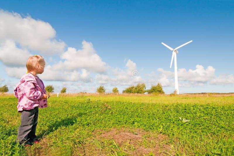 Moinho de vento na natureza imagem de stock