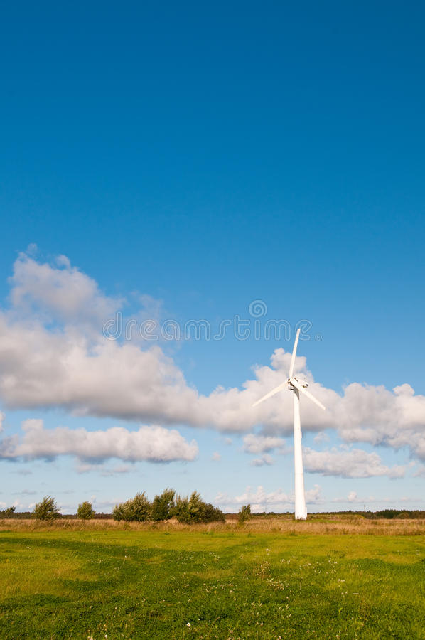 Moinho de vento na natureza, verão imagem de stock
