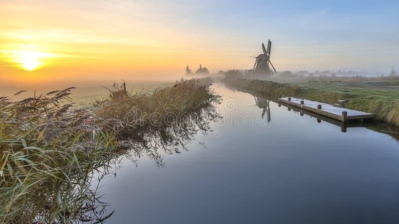 Moinho de vento na paisagem holandesa do po'lder fotos de stock