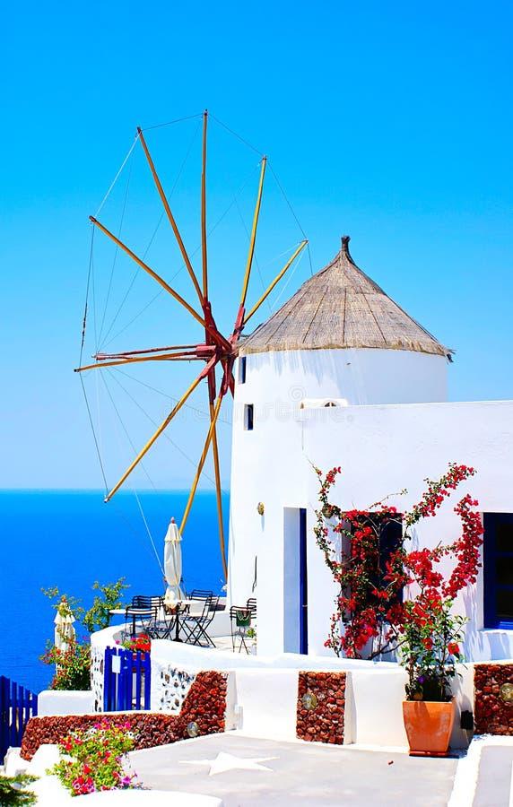 Moinho de vento na vila de Oia imagens de stock