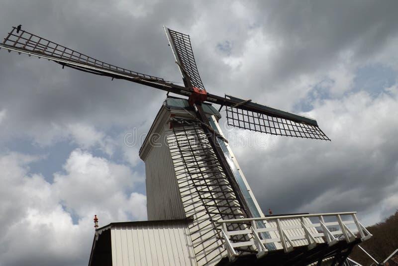 Moinho de vento no céu da nuvem de holland fotografia de stock