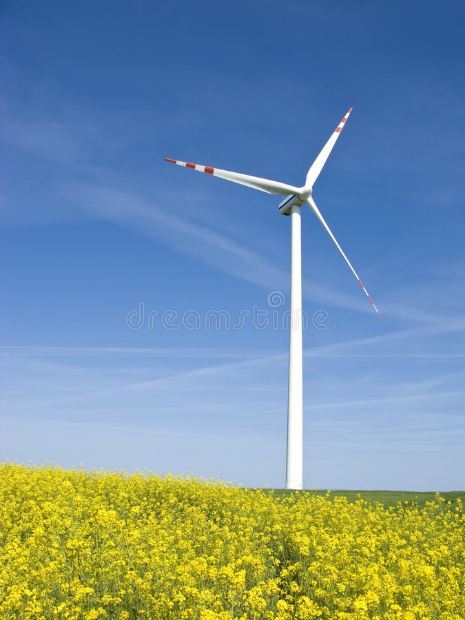 Moinho de vento no campo amarelo imagens de stock royalty free