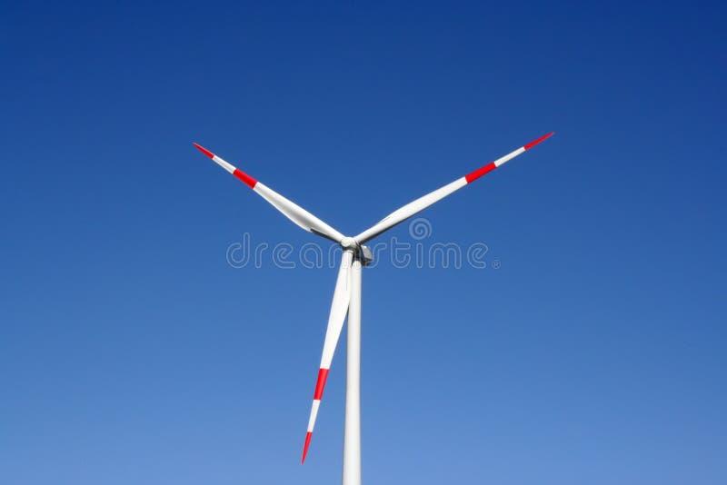 Moinho de vento no campo Central energética elétrica Central elétrica da força do vento fotografia de stock