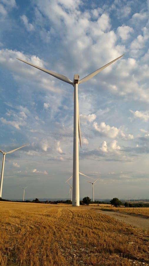 Moinho de vento no campo durante a estação do outono fotografia de stock royalty free