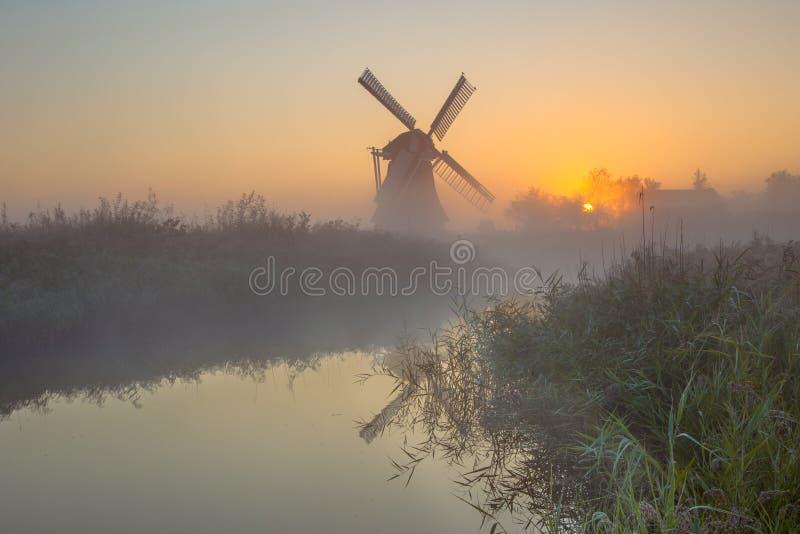 Moinho de vento no campo holandês imagem de stock