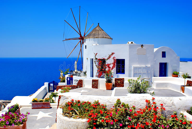 Moinho de vento no console de Santorini fotos de stock royalty free