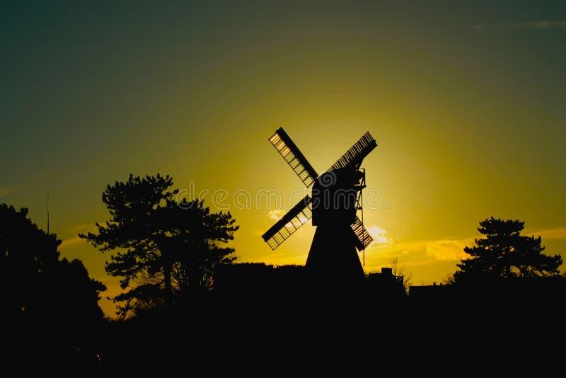 Moinho de vento no crepúsculo fotos de stock