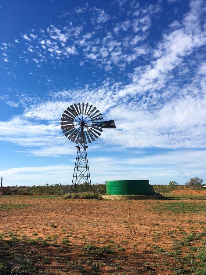 Moinho de vento no deserto em Austrália fotos de stock royalty free