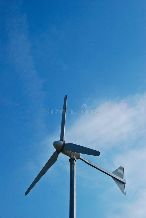 Moinho de vento no dia do céu azul imagens de stock royalty free