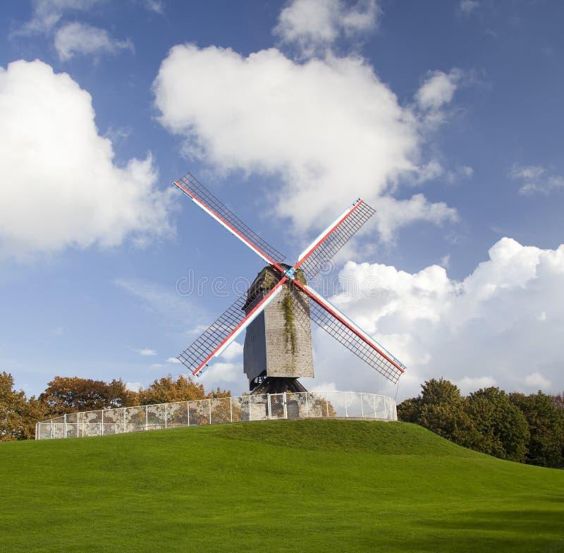 Moinho de vento no dia do outono fotos de stock