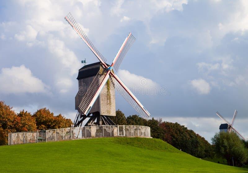 Moinho de vento no dia do outono imagens de stock